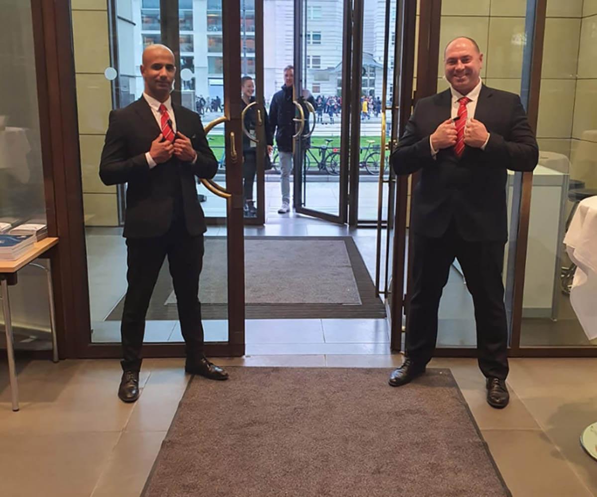 https://www.bps-protect.de/wp-content/uploads/2021/09/securitypersonal_vor_foyereingag_eines_hotels.jpg